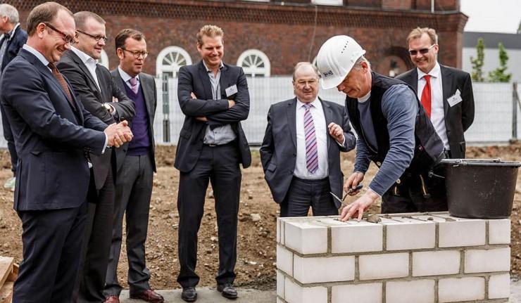 Spatenstich durch Bürgermeister Buschkowsky in Neukölln