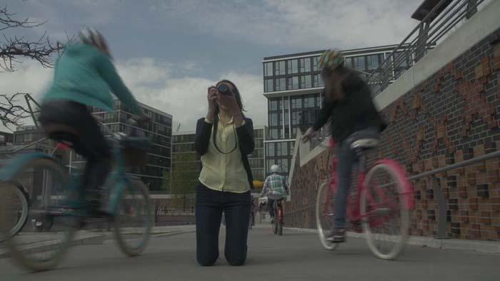 Schauspielerin Valeria Eisenbart übergibt Fahrrad-Bambi an junge Filmemacher
