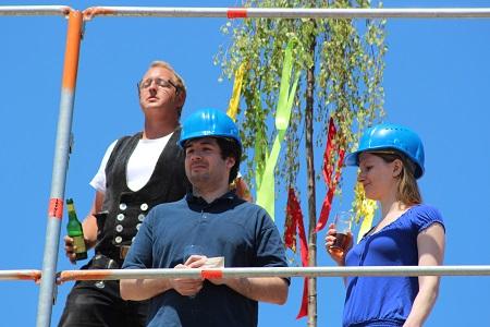 Heinz von Heiden feiert gemeinsam mit den Stadtvilla-Gewinnern