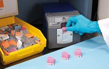 Etiketten und Fixiersystem für Einbettkassetten zur dauerhaften Kennzeichnung
