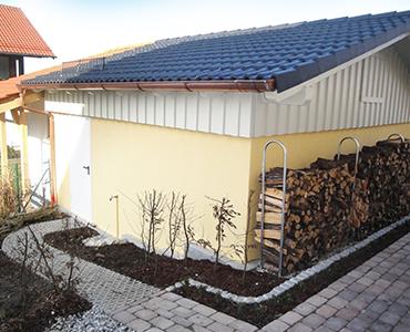 Exklusiv-Garagen und Holzstapel