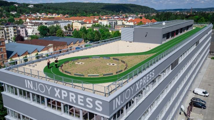 Laufstrecke mit Rekordlänge auf Gewerbegebäude eröffnet:  250-Meter-Laufstrecke ist spektakuläres Highlight auf dem