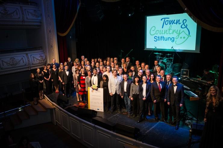 Eine Bühne für das Ehrenamt: Preisverleihung des 5. Stiftungspreises der Town & Country Stiftung   Spendenrekord mit 585.000 Euro für herausragende Kinder- und Jugendhilfe