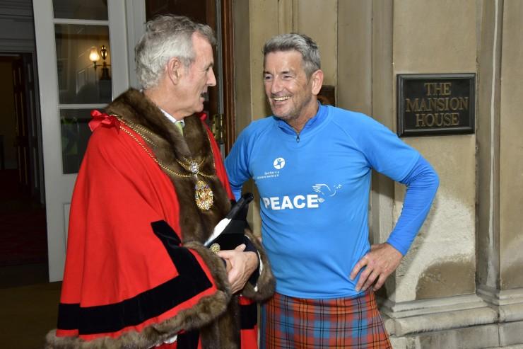 Extremsportler John McGurk lief für die SOS-Kinderdörfer von Osnabrück nach London