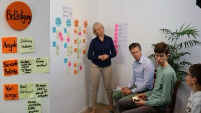 Familie entwickelt eigene Regeln für digitalen Medienkonsum und Smartphone-Nutzung: Moderne Familienorganisation mit easyfaM