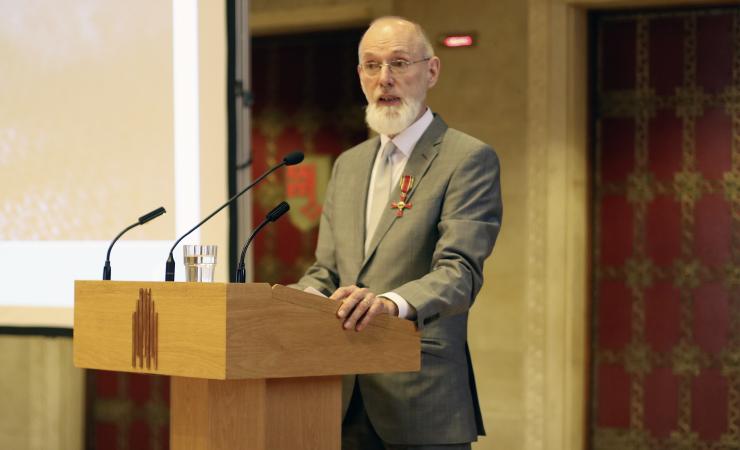 Cornelsen-Autor ist Botschafter für Alphabetisierung - Peter Hubertus für sein Lebenswerk vom Bundesverband Alphabetisierung e.V. geehrt