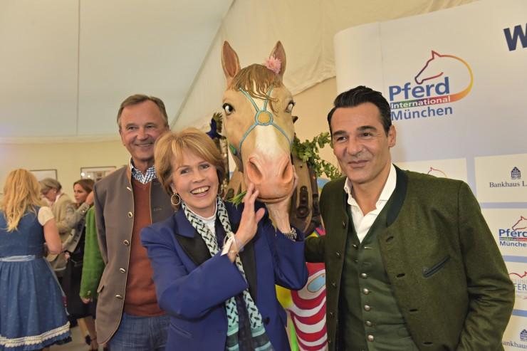 Erol Sander erzielt 4.000 Euro für Pferde-Karikatur von Bernhard Prinz zu Gunsten der patientenhilfe darmkrebs.