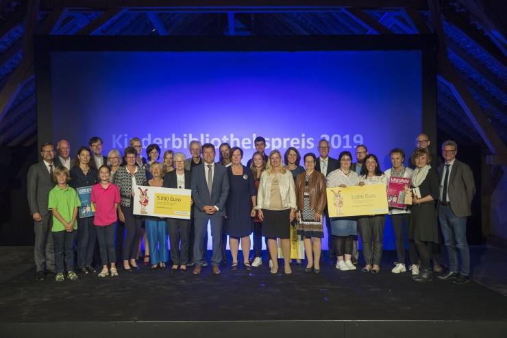 Galaabend im Zeichen des Lesens - Bayernwerk ehrt fünf Einrichtungen mit Kinderbibliothekspreis - Lara Schützsack erhält Paul Maar-Preis Korbinian