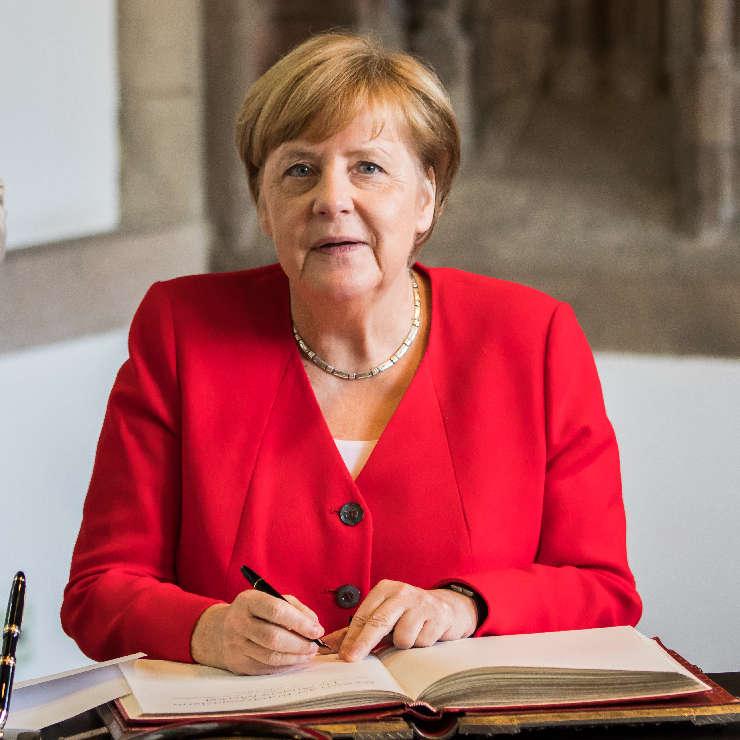 Nur geträumt: Ein Festakt zur Entlassung der Angela Merkel