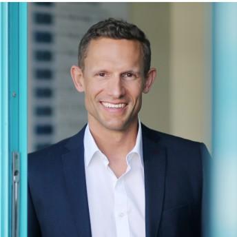 Schönheitschirurg Dr. Philipp Mayr - der führende Spezialist für Nasenkorrekturen und Brustvergrößerungen in Linz-Oberösterreich (OÖ)
