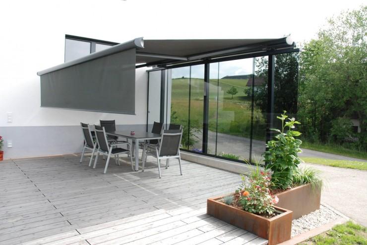Terrassen-Windschutz-Systeme von Schmidinger machen heimische Terrassen zu windfreien Zonen