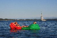 Sich mit dem Sitzsack auf dem Bodensee treiben lassen
