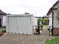 Nachbarschaftsrecht: Fertiggaragen in der Grenzbebauung mit noblen Exklusiv-Garagen