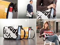 Das Zuhause in der Tasche: PROJECT Immobilien recycelt Werbebanner zu Umhängetaschen