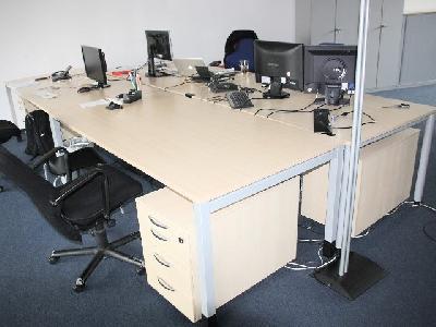 Zweiter Direktverkauf in Hamburg: Büromöbel in ahorn-Optik zum Tiefpreis