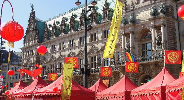 Chinesische Ruhe auf dem Hamburger Rathausmarkt