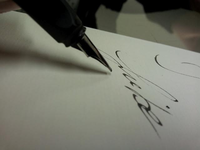 Hochzeitskarten und Einladungskarten zur Hochzeit sorgfältig von Hand geschrieben.