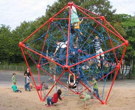 Das Kletternetz für den öffentlichen Spielplatz