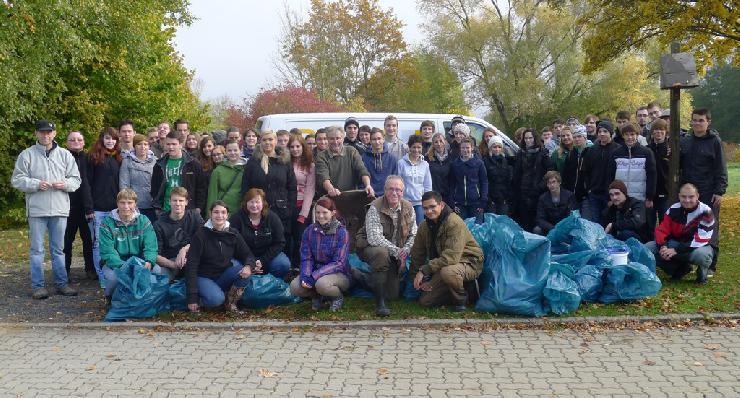 Vorbildliches Engagement für die Umwelt: 60 Auszubildende der Baur-Gruppe reinigen die Weismain.