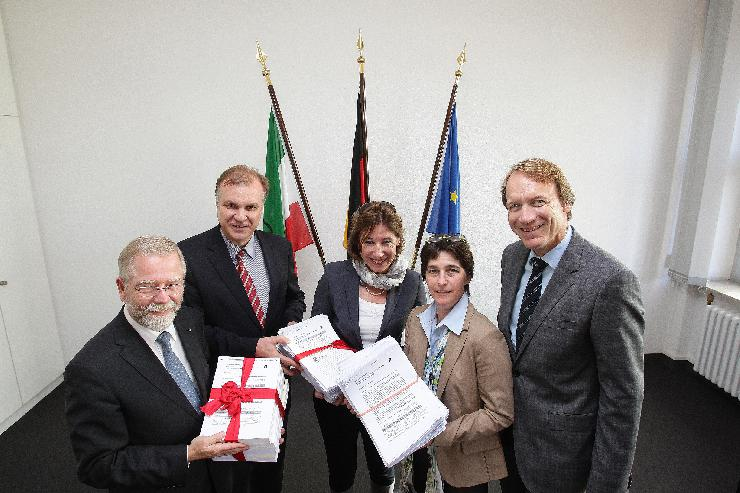 NRW-Apotheker überreichen Ministerin Steffens über 14.000 Unterschriften
