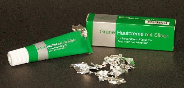 Grüne Hautcreme mit gemahlenem Blattsilber zur besonderen Behandlung der Haut bei Verletzungen