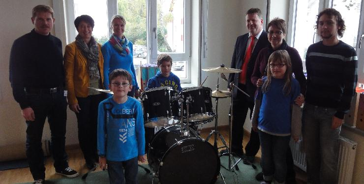 Wertvolle Spende der Barbara Singers und der Sparkasse Landshut an die offene Montessori-Ganztagsschule