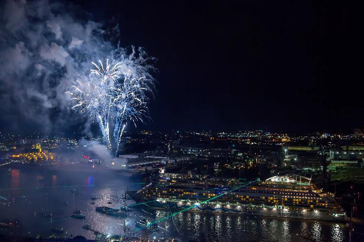 AIDA Feuerwerk krönte Hamburger Hafengeburtstag
