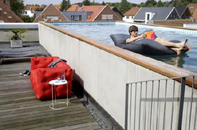 Freudenhaus Designkaufhaus sorgt mit schwimmendem Sitzsack Pool Bull für Aufsehen am Pool