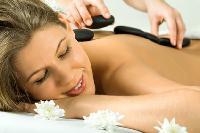 Die Hot Stone Massage ist heiß begehrt
