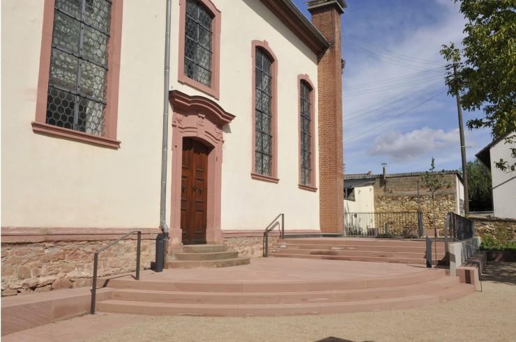 Kirche und Vorplatz überwinden Tristesse