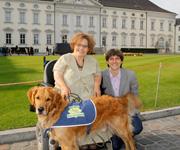 Hund beim Bundespräsidenten: Behindertenbegleithund Joschi und Besitzerin Eileen Moritz auf rotem Teppich