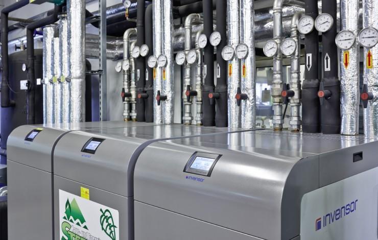 Prozesskühlung und Stromerzeugung für Kunststoff-Spritzgussmaschinen mit Adsorptionskältemaschinen und BHKW