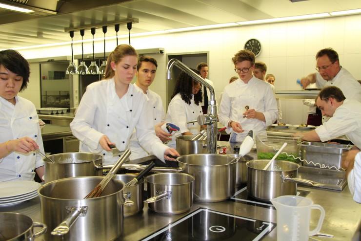 Studierende ließen beim Gala Dinner die Moleküle tanzen - Werk 34 freut sich über Spende